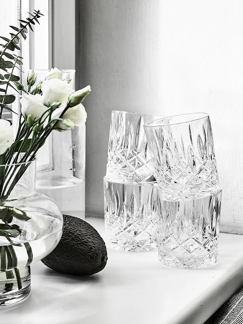 Vier Gläser auf Fensterbank
