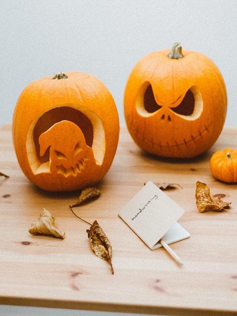 Zwei Halloween Kürbisse geschnitzt unterschiedlich