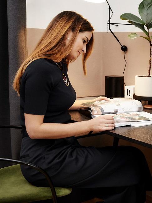 Frau am Schfreibtisch