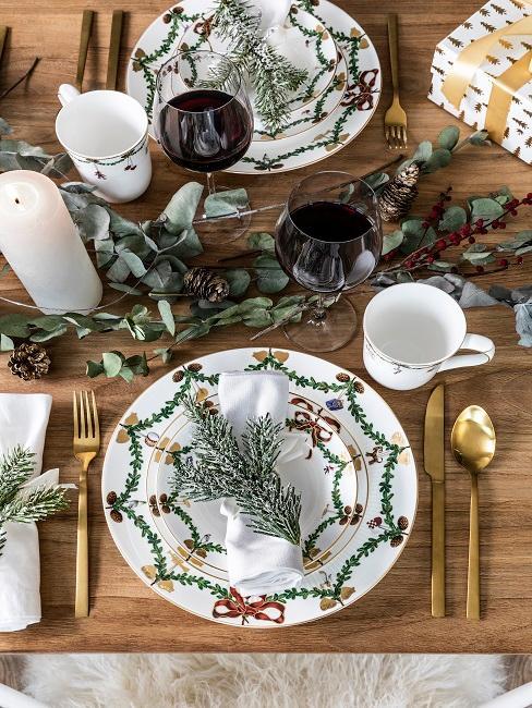 Gedeckter Tisch mit Servietten in Bischcofmützenform