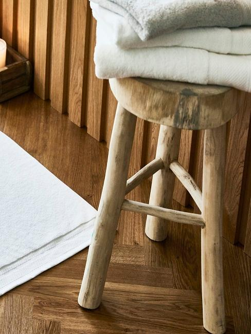 Holzhocker auf Holzboden