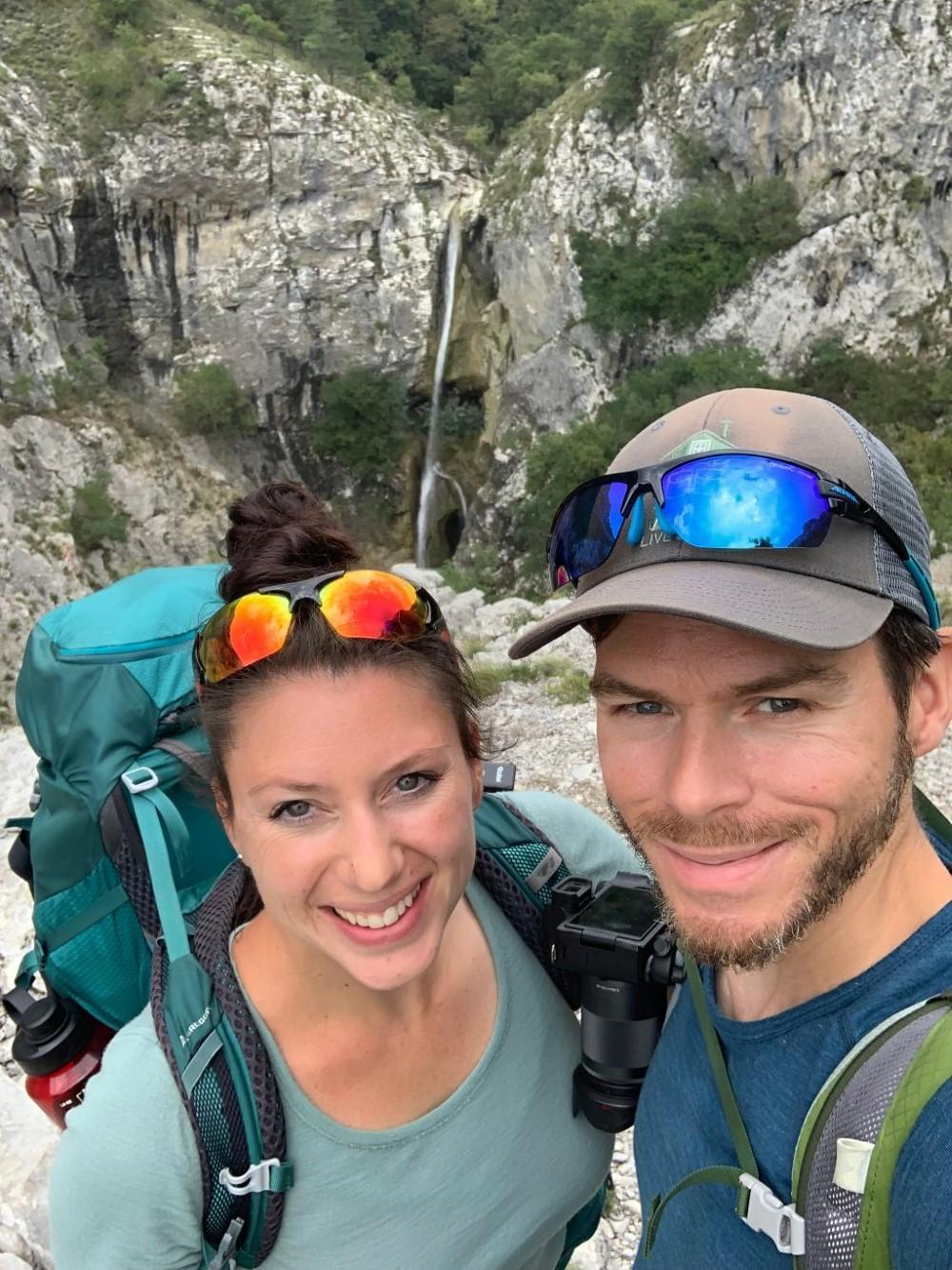 Frau und Mann auf dem Berg beim Wandern