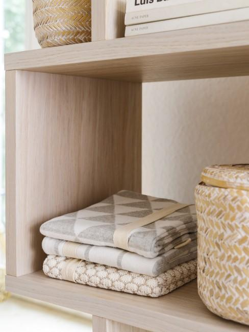 Regal mit Aufbewahrungskörben in einer Waschküche