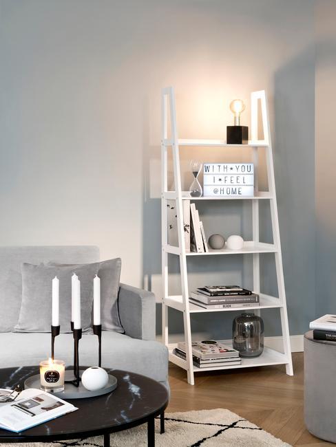 Estantería blanca con caja de luz o lightbox en un salón en tonos blanco, negro y gris