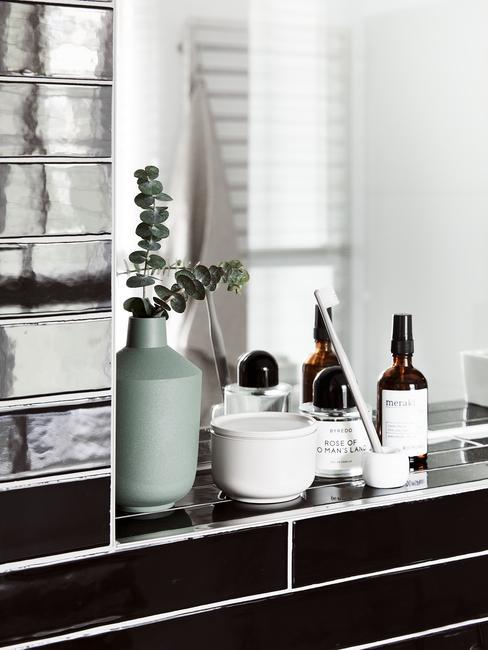 Cuarto de baño negro con estanterías y productos de baño