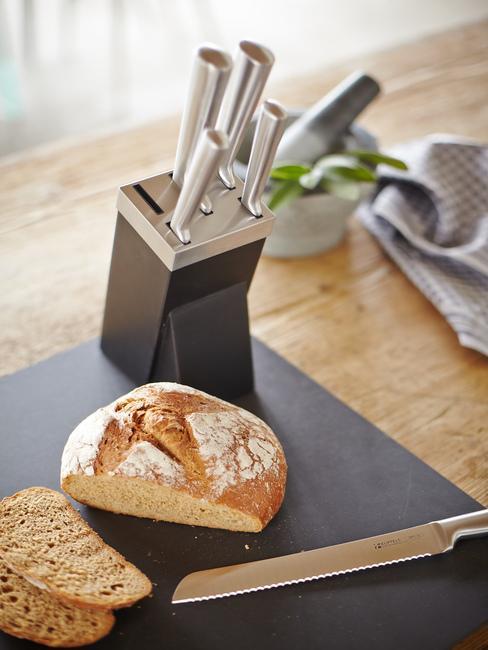 Cocina práctica con encimera para cortar pan