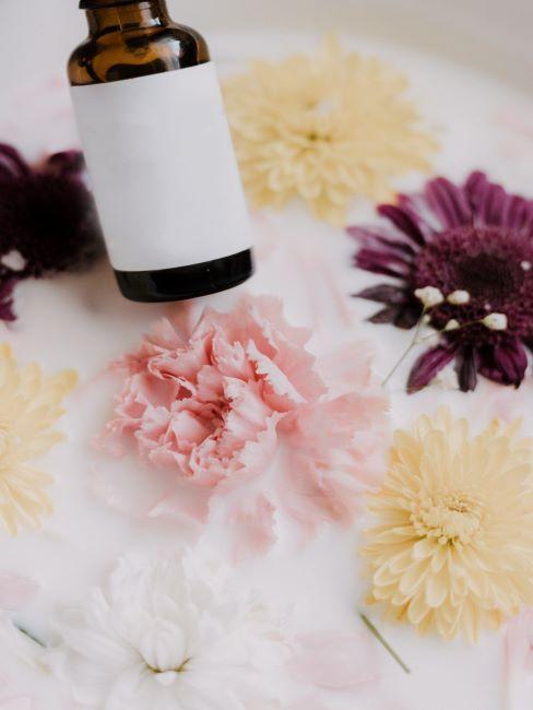 bote de aceite esencial con flores