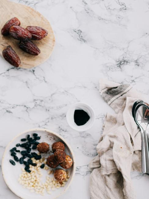 mesa de marmol con frutos secos y cucharas