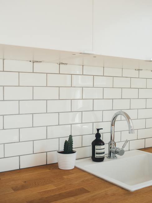 Cocina de estilo industrial de madera y azulejos blancos