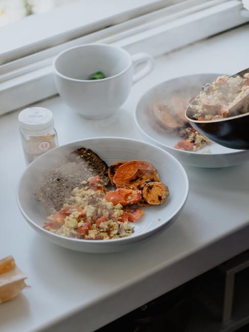 Plato de inspiración asiática cocinado con cúrcuma