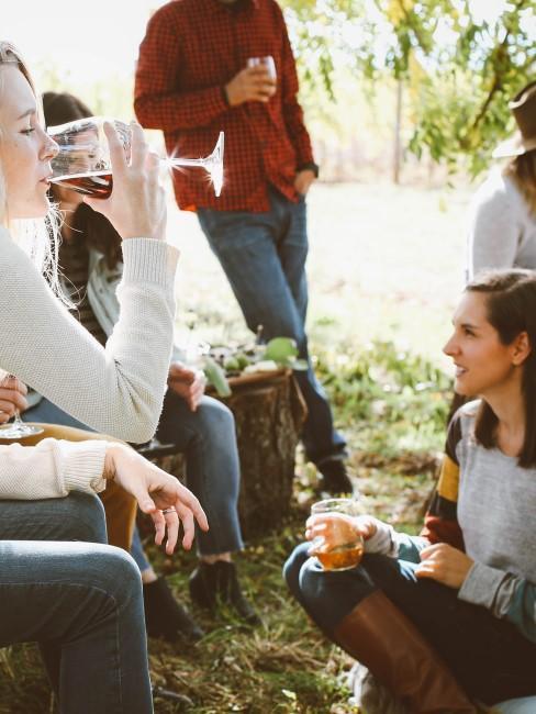 celebrando y bebiendo vino