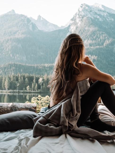 chica de vacaciones en las montañas