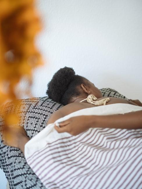 mujer echando una siesta