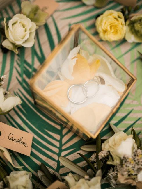 Caja de anillo de compromiso con pétalos amarillos