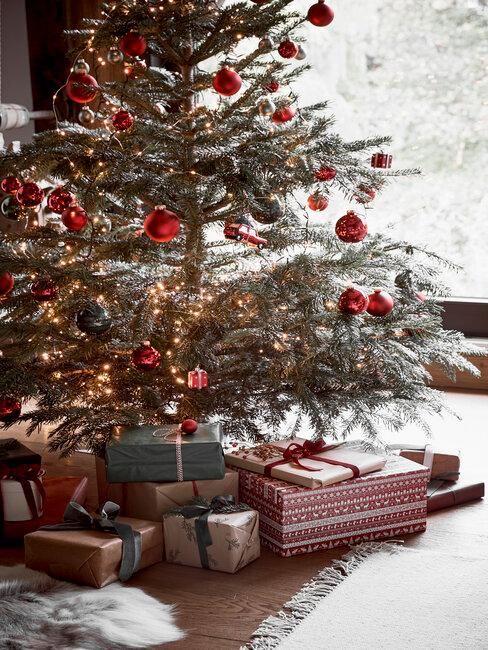 árbol de navidad con bolas rojas y regalos