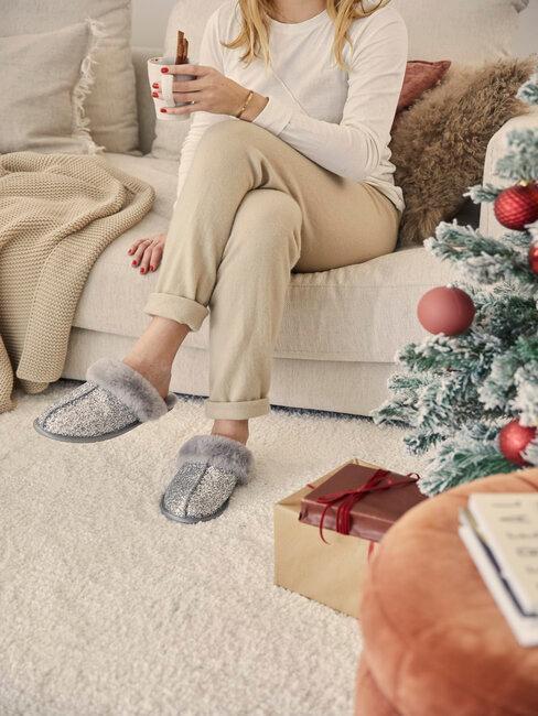 mujer descansa en el sofa mientras bebe te