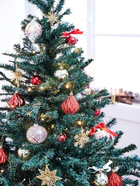 arbol de navidad con bolas rojas y doradas