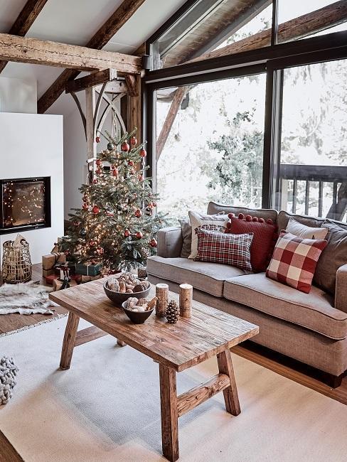 sala de estar con arbol sofa y mesa