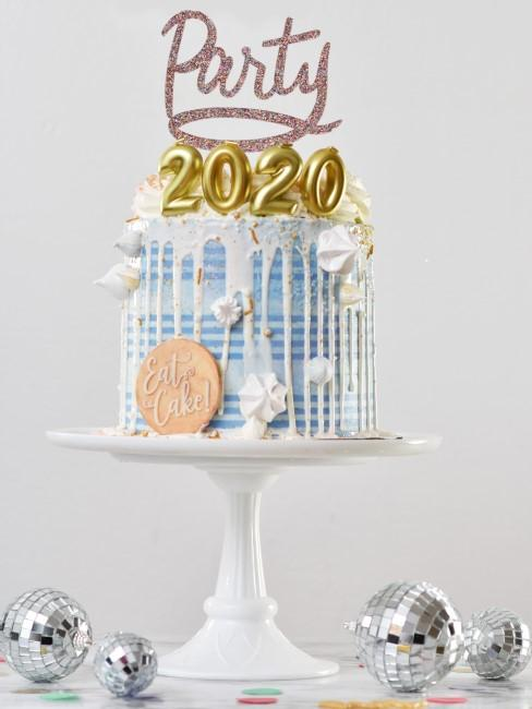 tarta en fuente con 2020 y party
