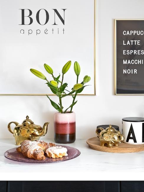 Affiche de cuisine Bon appétit et croissants posés sur plan de travail