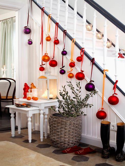 boules de noel rose et violet decorant un escalier blanc