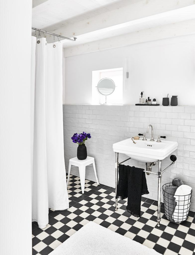 salle de bain en noir et blanc, monochrome