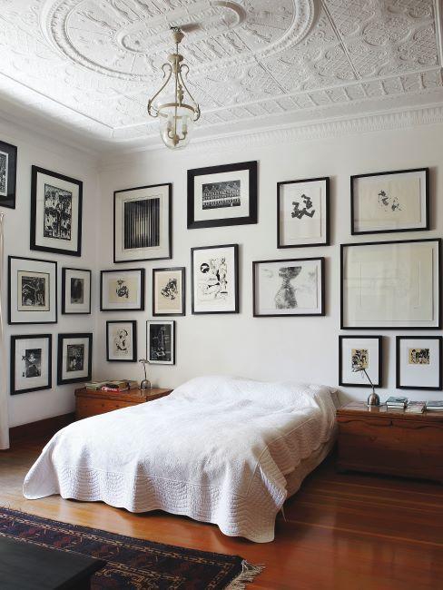 spacieuse, grande chambre a coucher, chambre parentale, avec un lit boxspring , cadres photos sur les murs et moulures sur le plafond