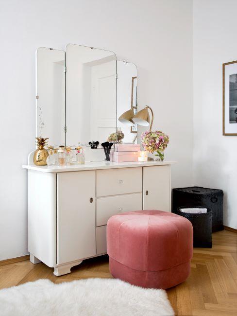 coiffeuse blanche avec accents roses, pouf rose en velours