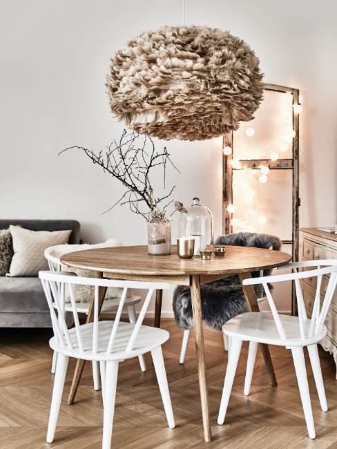 Table de salon ronde en bois avec des chaisses en bois blanches
