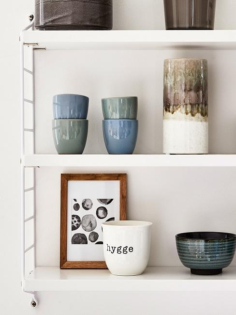Mugs et bols bleus et verts sur étagère
