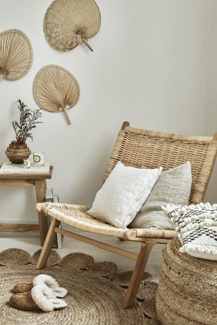 Chaise et accessoires décoratifs en matériaux naturels