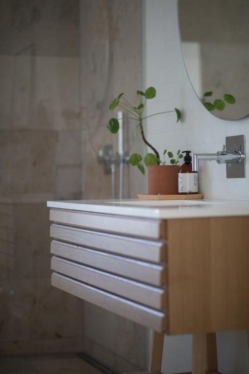 Console en bois dans une salle de bain avec plante