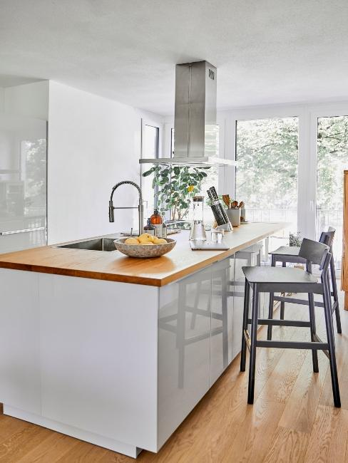 Ilot central blanc avec plan de travail en bois dans cuisine