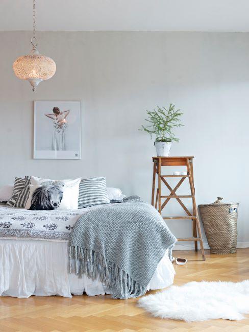 Chambre à coucher blanc-gris avec parquet clair