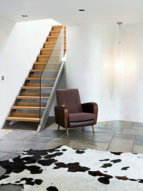 Cage d'escalier moderne avec fauteuil en cuir et tapis peau de vache