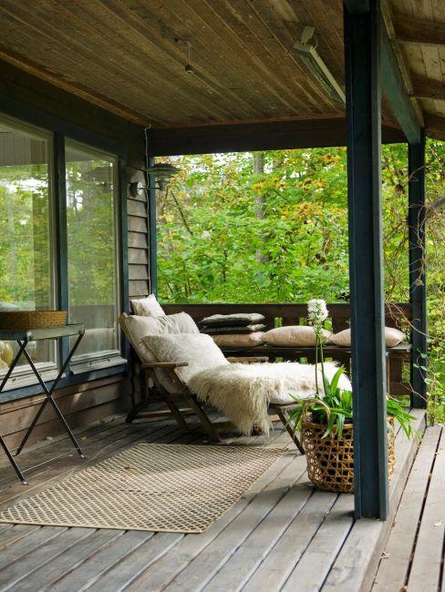 Terrasse bois avec fauteuil extérieur avec peau de mouton