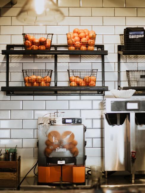 Étagères noires avec des paniers remplis d'oranges