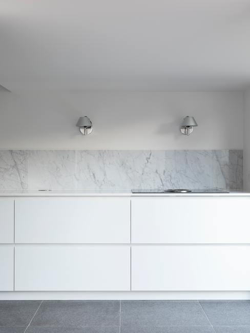 Cuisine blanche avec paneau en marbre