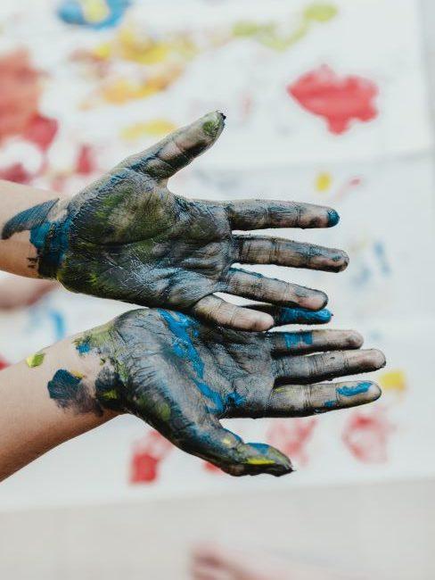Mains d'enfant couvertes de peinture