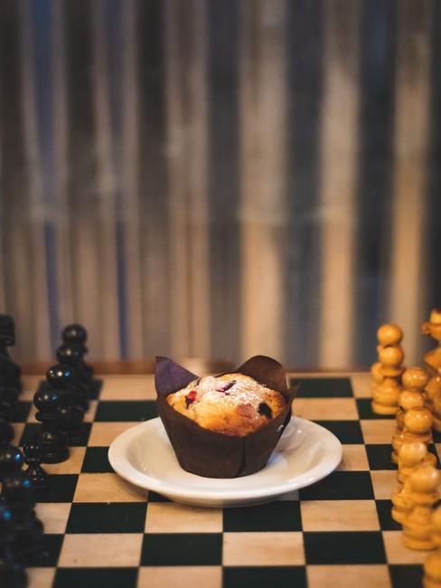 Jeu d'échec et muffin au milieu du jeu