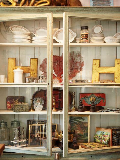 Buffet vintage crème avec décorations, bougies et vaisselle