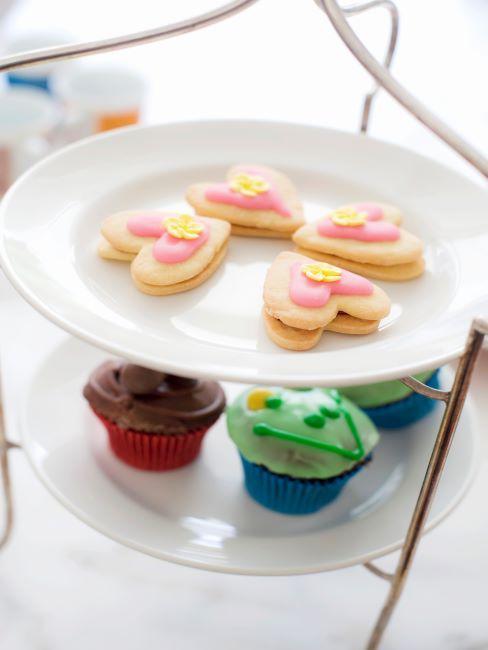 Présentoir à desserts en porcelaine blanche avec gâteaux et cupcakes