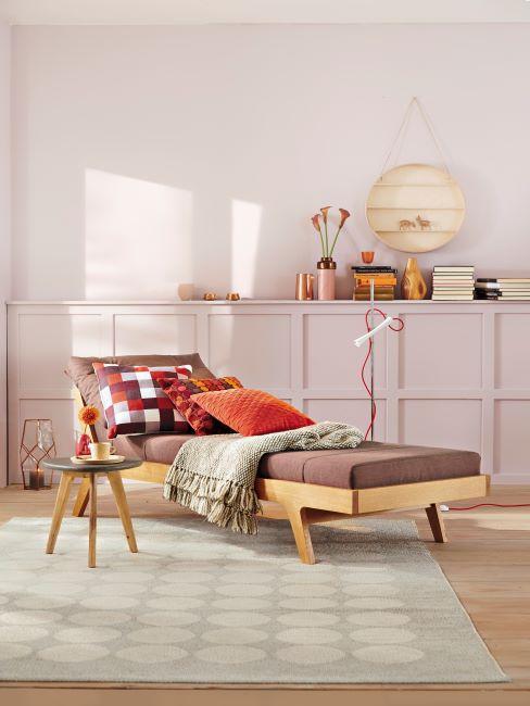 Salle de séjour moderne avec lit-banquette et table d'appoint scandinaves