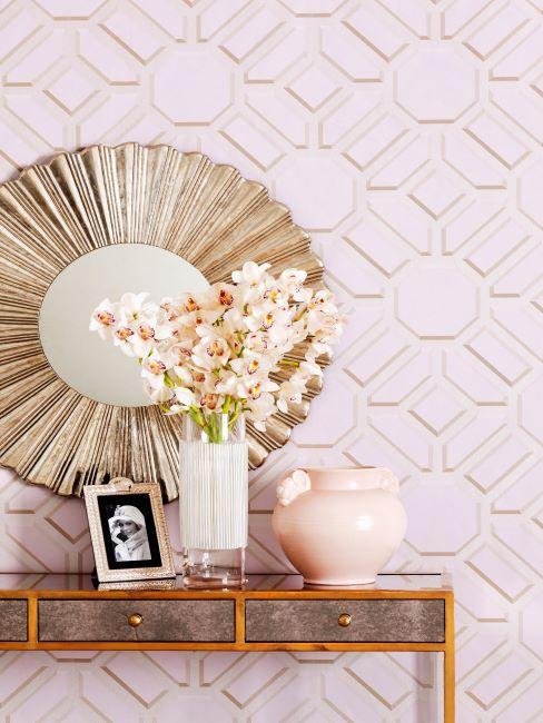 Console style art déco avec miroir soleil et papier peint géométrique pastel