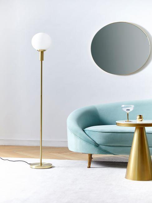 Salon gatsby moderne avec sofa en velours turquoise et meuble à finition dorée