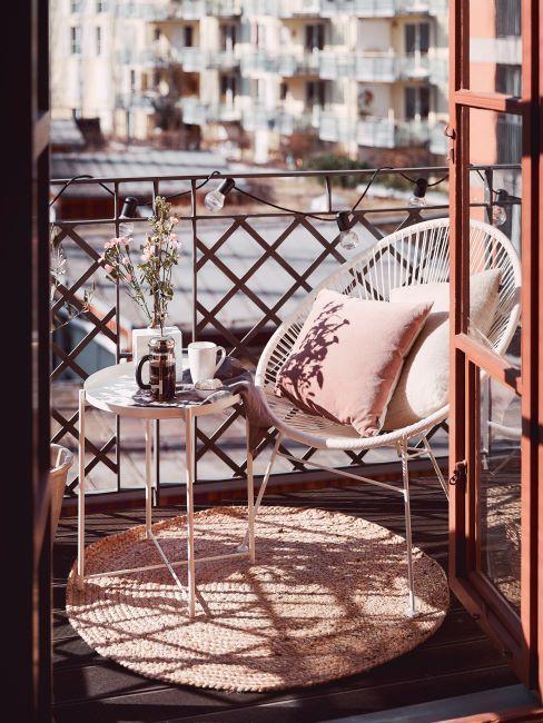 Table et fauteuil sur une petite terrasse urbaine