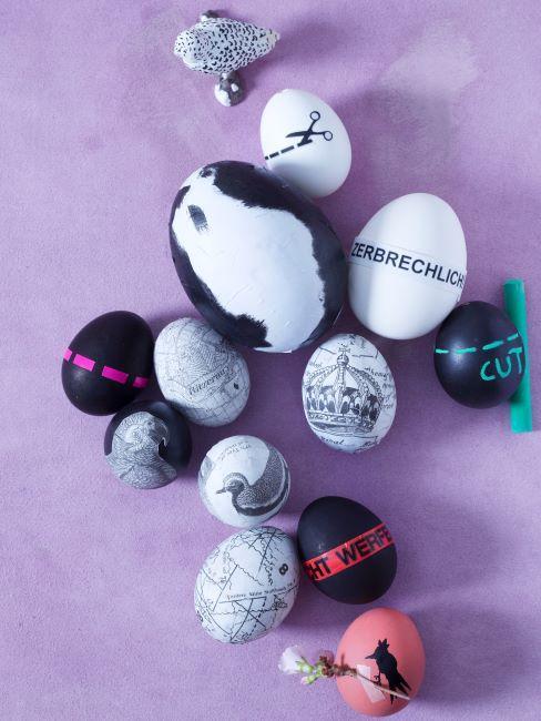 Divers œufs de Pâques décorés sur nappe lilas