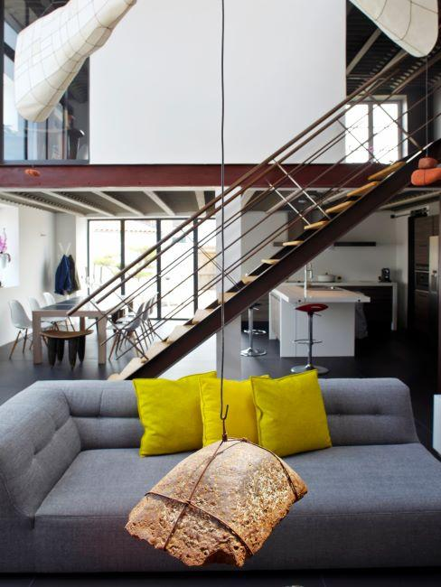 Salon avec escalier menant vers une mezzanine