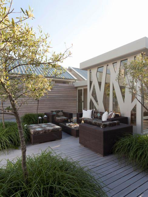 Terrasse avec lame en bois, salon d'exterieur et arbre a feuilles jaunes