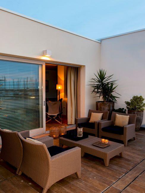 Salon exterieur sur terrasse en lame en bois